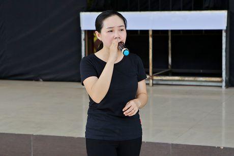 Minh Luan chuc mung sinh nhat Quy Binh trong buoi tong duyet - Anh 8