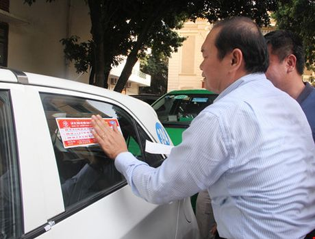 Ha Noi dan de can cho 19.500 taxi de tuyen truyen luat - Anh 1