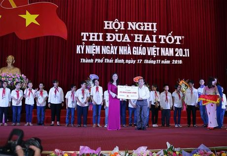 Bao Dau tu trao hoc bong ' Vi tre em Viet Nam' tai Thai Binh - Anh 1