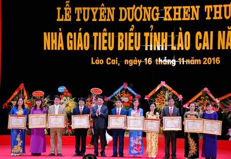 Lao Cai tuyen duong gan 400 nha giao tieu bieu - Anh 1