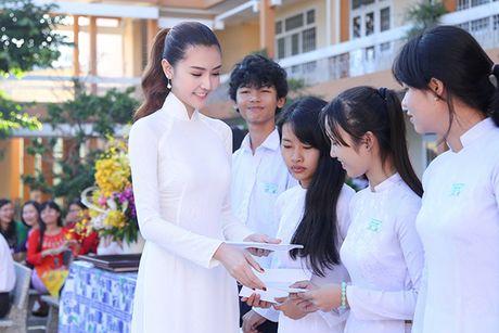 Hoa hau Ngoc Duyen ve Vung Tau trao hoc bong cho hoc sinh ngheo - Anh 10