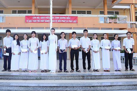 Hoa hau Ngoc Duyen ve Vung Tau trao hoc bong cho hoc sinh ngheo - Anh 11