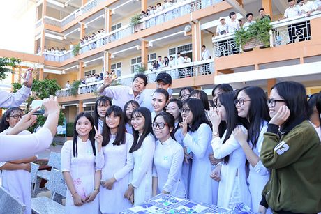 Hoa hau Ngoc Duyen ve Vung Tau trao hoc bong cho hoc sinh ngheo - Anh 12