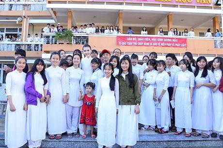 Hoa hau Ngoc Duyen ve Vung Tau trao hoc bong cho hoc sinh ngheo - Anh 13