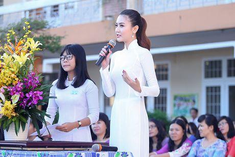 Hoa hau Ngoc Duyen ve Vung Tau trao hoc bong cho hoc sinh ngheo - Anh 5
