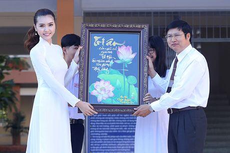 Hoa hau Ngoc Duyen ve Vung Tau trao hoc bong cho hoc sinh ngheo - Anh 6