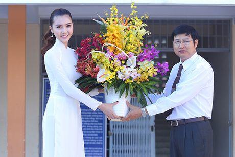Hoa hau Ngoc Duyen ve Vung Tau trao hoc bong cho hoc sinh ngheo - Anh 7