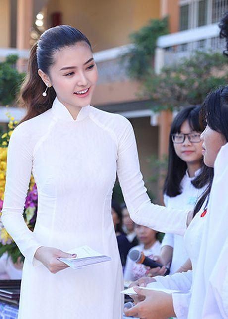 Hoa hau Ngoc Duyen ve Vung Tau trao hoc bong cho hoc sinh ngheo - Anh 8