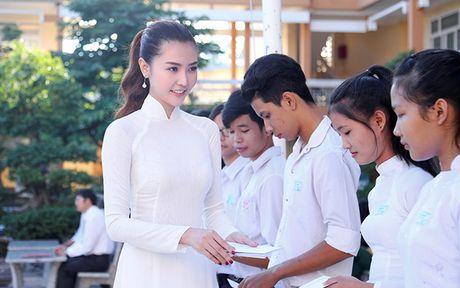Hoa hau Ngoc Duyen ve Vung Tau trao hoc bong cho hoc sinh ngheo - Anh 9