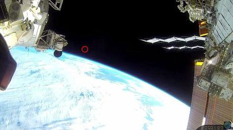 UFO xuat hien trong video truc tiep tu tram vu tru quoc te ISS - Anh 1