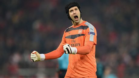 Petr Cech choi don 'tam ly chien' voi Man United - Anh 1