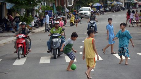 Dung tim xem tre em Viet choi dua giua long duong - Anh 2