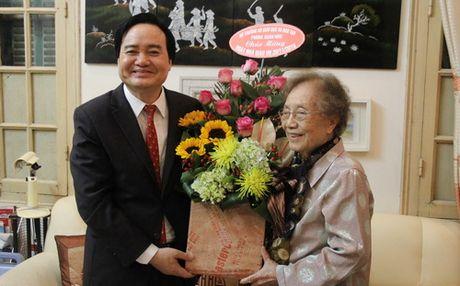 Bo truong Phung Xuan Nha chuc mung nguyen Pho Chu tich nuoc Nguyen Thi Binh - Anh 1