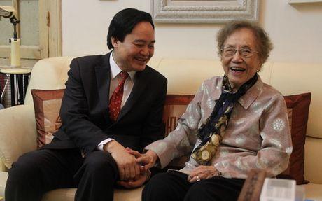 Bo truong Phung Xuan Nha chuc mung nguyen Pho Chu tich nuoc Nguyen Thi Binh - Anh 2