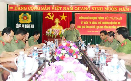 Thu truong Bo Cong an Bui Van Nam lam viec tai Nghe An - Anh 1