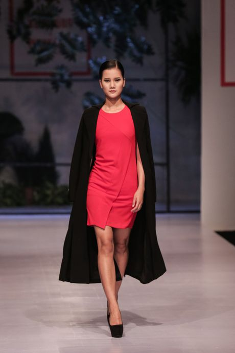 Dan nguoi mau Vietnam's Next Top Model noi bat tren san catwalk ngay hoi ngo - Anh 10