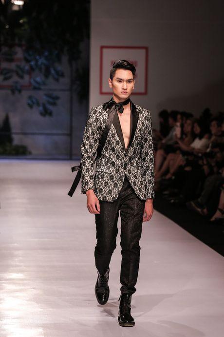 Dan nguoi mau Vietnam's Next Top Model noi bat tren san catwalk ngay hoi ngo - Anh 11