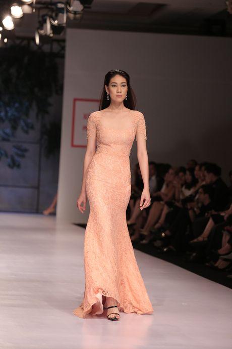 Dan nguoi mau Vietnam's Next Top Model noi bat tren san catwalk ngay hoi ngo - Anh 13
