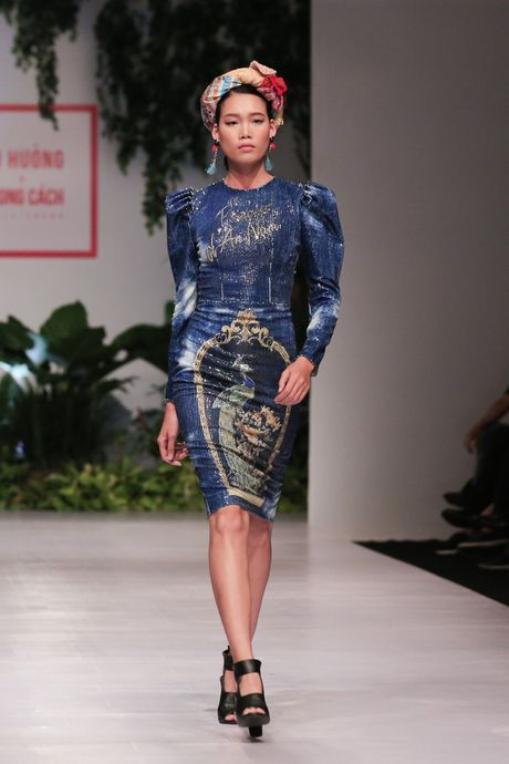 Dan nguoi mau Vietnam's Next Top Model noi bat tren san catwalk ngay hoi ngo - Anh 14