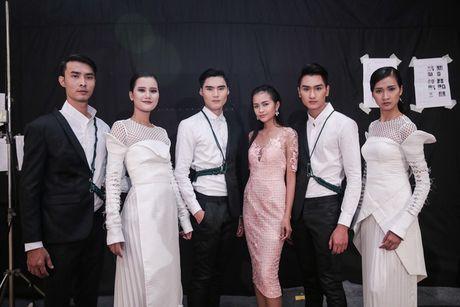 Dan nguoi mau Vietnam's Next Top Model noi bat tren san catwalk ngay hoi ngo - Anh 19