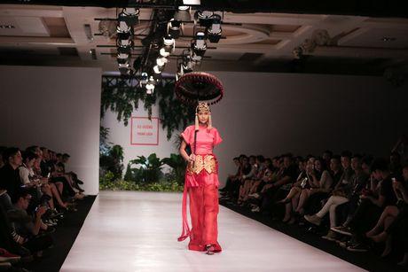Dan nguoi mau Vietnam's Next Top Model noi bat tren san catwalk ngay hoi ngo - Anh 2