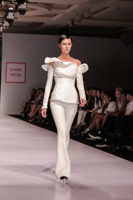 Dan nguoi mau Vietnam's Next Top Model noi bat tren san catwalk ngay hoi ngo - Anh 8