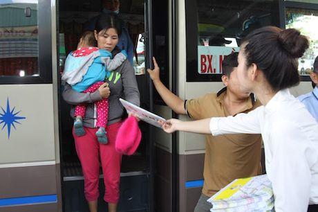 Phat mien phi 10.000 ban do xe buyt cho nguoi dan - Anh 3