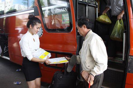 Phat mien phi 10.000 ban do xe buyt cho nguoi dan - Anh 4