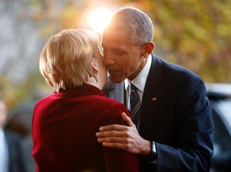 Obama om tam biet ba Merkel, canh bao Trump 'can than' voi Nga - Anh 1