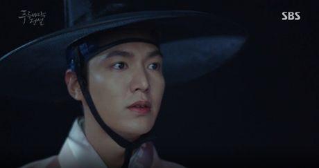 Joon Jae co nu hon 'sieu thuc' voi Shim Chung trong Huyen thoai bien xanh tap 2 - Anh 10
