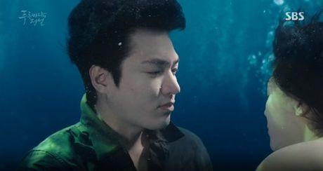 Joon Jae co nu hon 'sieu thuc' voi Shim Chung trong Huyen thoai bien xanh tap 2 - Anh 8