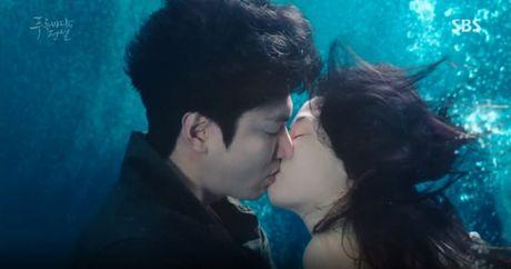 Joon Jae co nu hon 'sieu thuc' voi Shim Chung trong Huyen thoai bien xanh tap 2 - Anh 9