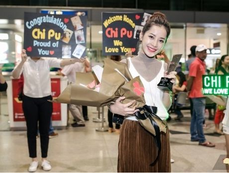 Chi Pu 'khoe' cup tai san bay ben rat nhieu nguoi ham mo - Anh 2
