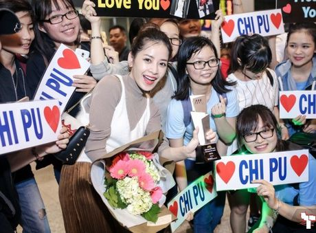 Chi Pu 'khoe' cup tai san bay ben rat nhieu nguoi ham mo - Anh 4