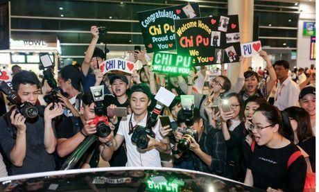 Chi Pu 'khoe' cup tai san bay ben rat nhieu nguoi ham mo - Anh 7