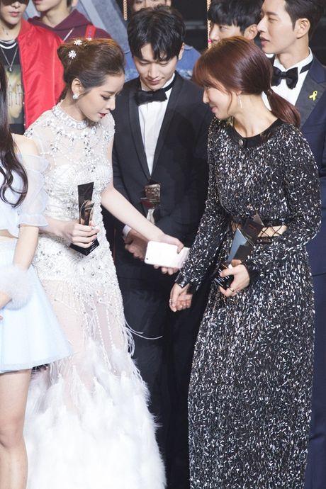 Chi Pu 'ghi diem' khi chu dong nhuong cho cho Park Shin Hye - Anh 2
