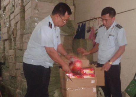 Bat giu gan 3 tan phao Trung Quoc o bien gioi Quang Ninh - Anh 1