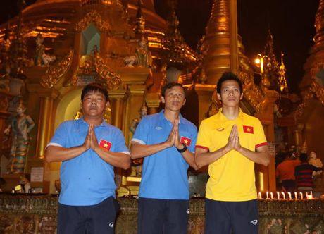 Tuyen Viet Nam di chua Vang truoc cuoc 'san vang' AFF Cup - Anh 3