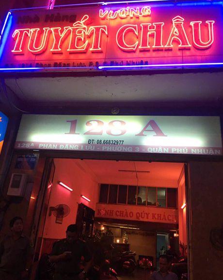 Nu tiep vien ao yem phuc vu nha hang o Sai Gon - Anh 2