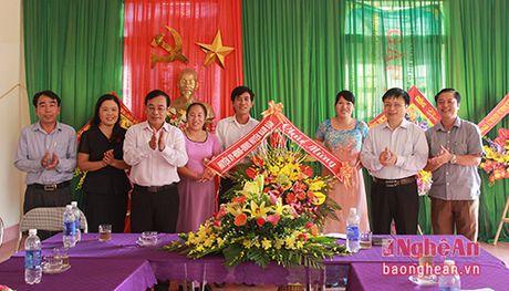 Chu tich Uy ban MTTQ tinh chuc mung cac truong nhan ngay Nha giao Viet Nam - Anh 1