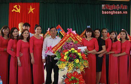 Chu tich Uy ban MTTQ tinh chuc mung cac truong nhan ngay Nha giao Viet Nam - Anh 2