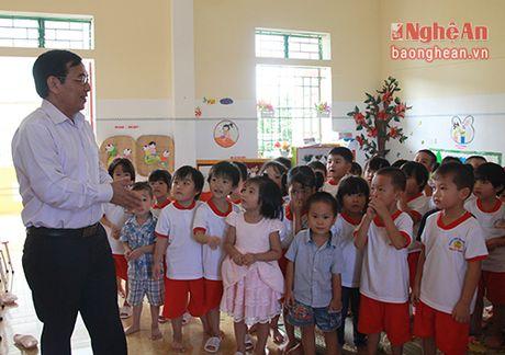 Chu tich Uy ban MTTQ tinh chuc mung cac truong nhan ngay Nha giao Viet Nam - Anh 3