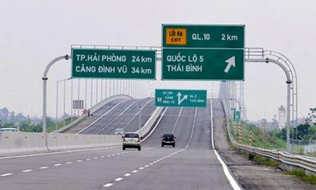 """Nhung """"dieu la"""" cao toc tai xe Viet can biet Khong thang tap Khong co den duong Hang cay xanh cao vut de lam gi? Bien bao - sai mot ly di mot dam - Anh 4"""