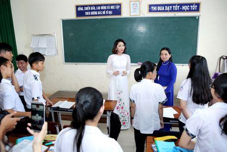Hoa hau Dai duong Dang Thu Thao dien ao dai trang ve tham truong cu - Anh 1