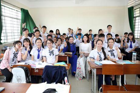 Hoa hau Dai duong Dang Thu Thao dien ao dai trang ve tham truong cu - Anh 2
