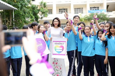 Hoa hau Dai duong Dang Thu Thao dien ao dai trang ve tham truong cu - Anh 3