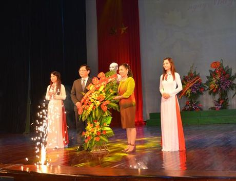 Thu truong Dang Thi Bich Lien du le ky niem Ngay Nha giao Viet Nam tai Truong DH San khau Dien anh - Anh 2