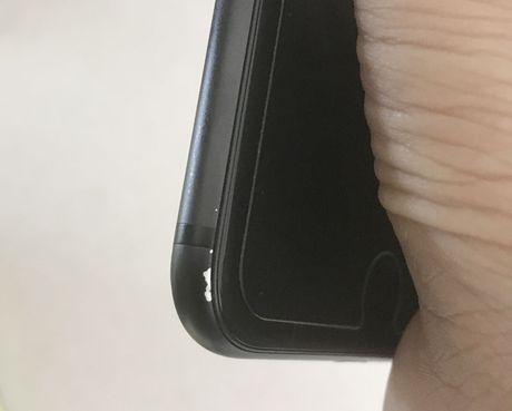 iPhone 7 Plus mau den nham tai Viet Nam cung bi bong troc son - Anh 1