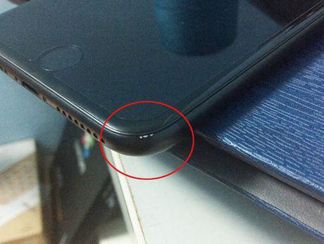 iPhone 7 Plus mau den nham tai Viet Nam cung bi bong troc son - Anh 2