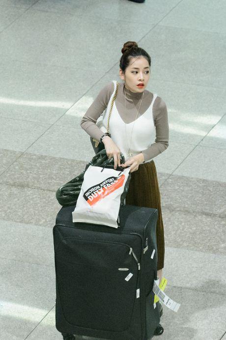 Chi Pu rang ro trong vong tay cua fan o san bay - Anh 2